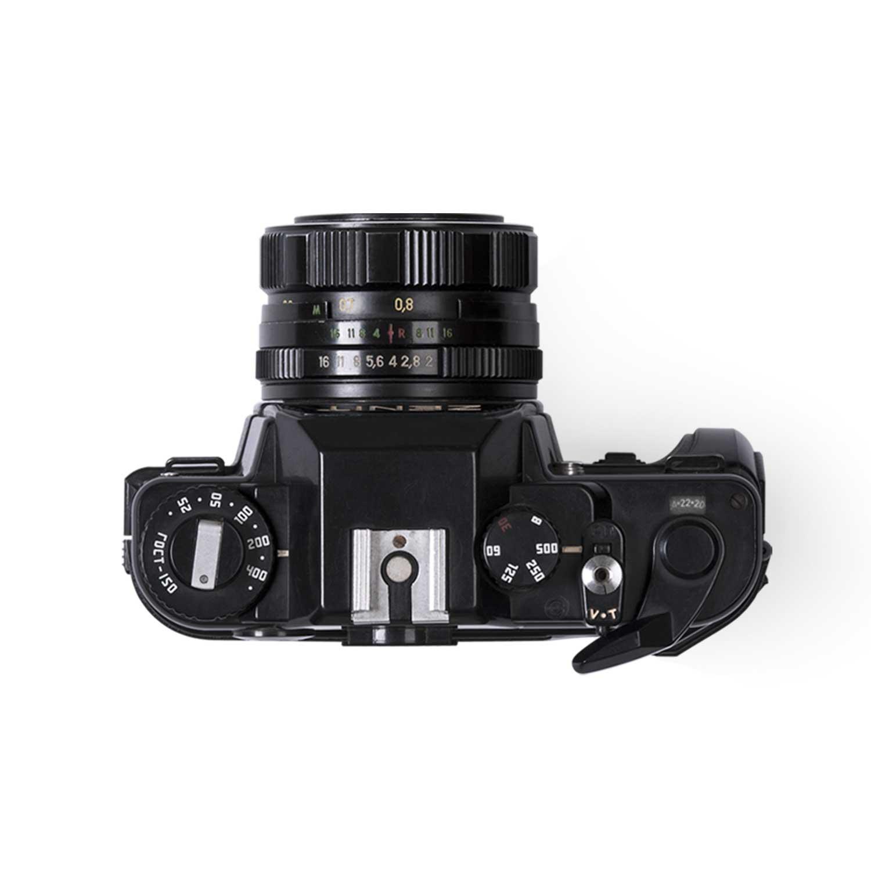 Eine analoge Fotokamera als Symbolbild für Film & Fotografie