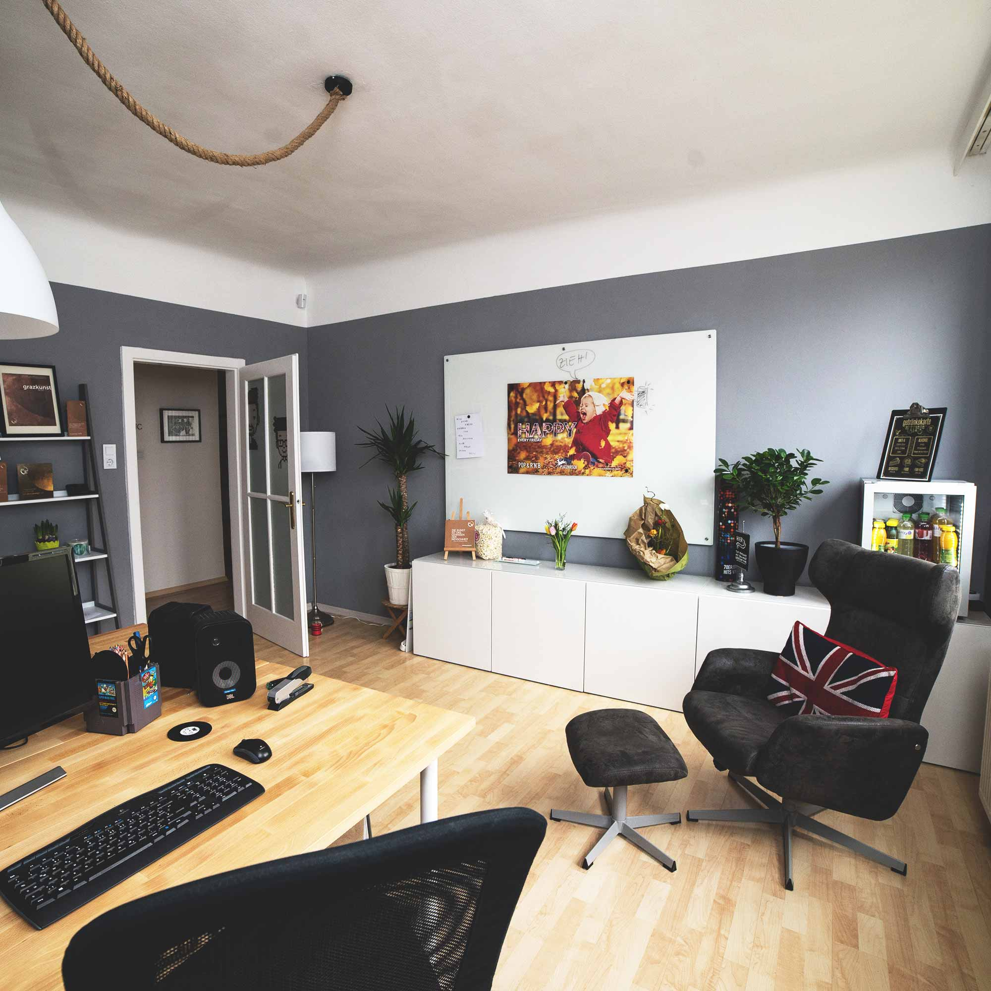 Büro der Gebrüder Pixel mit Schreibtisch, Sessel und kreativer Wand